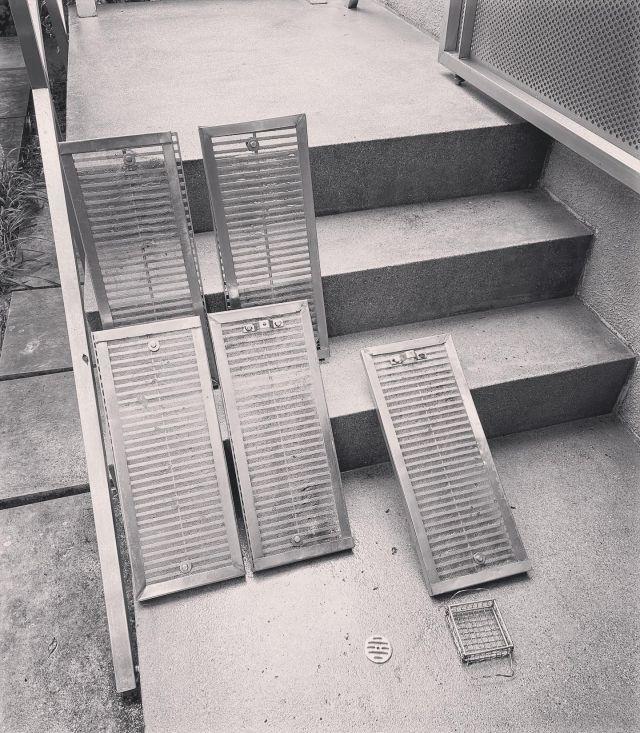 俵屋が信頼を置く洗い屋という専門職とまでは行きませんが(当たり前)  先日の現場では普段している庭づくりではなく 丸一日4人で庭の清掃を行いました。  外壁に屋根に道路に大理石のテラスに苔の庭まで 水平・垂直・凹凸・土と様々な状況があり  溜まった汚れを落とす際に洗浄機は圧を変えたり、色々なブラシを使ったりと 手洗いする場所、機械で洗う場所と様々な汚れに対応した方法で綺麗にしていきます。  綺麗にすると言っても 綺麗と美しいは全く別次元のもので、 日々生活で手に触れる部分は徹底的に綺麗に 鑑賞として目に触れたり無意識に感じ取る部分は経年の汚れに対してどの程度まで綺麗にすると 美しいに変わるかを考え掃除をしました。  詰まった樋や排水口は徹底的に綺麗に洗い、水の通りを良くすることで場の雰囲気がみるみるうちに 良くなっていきます。 テラスの目地の砂利と草も全て掻き出して溜まった土を取り除き砂利を洗い直して戻す。 といった排水や空気の通り道を作ったりする小さな積み重ねで全体に流れる空気感も変わって行きます。  常日頃庭を作ることは全ての物事に繋がっているという想いで仕事をしています。  改めて清掃の奥の深さを思い知り良い経験となりました。  因みに俵屋の不思議という本では この洗い屋さん劇薬を舐めて洗う濃度を決めるみたいです。 真似しないように(笑) しかし、プロは凄い。。  #空気感まで伝われ  #空気感 #全て繋がる #庭掃除 #庭掃除が大変  #庭掃除中  #庭づくり  #雰囲気づくり  #清掃業  #掃除記録